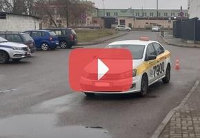 В Лиде неопытный таксист наехал задним ходом на пешехода. Женщина получила тяжёлые травмы и находится в реанимации