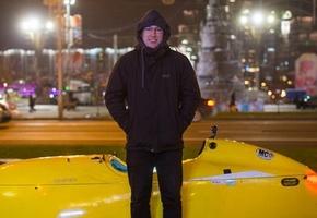 В Лиду приехал немец на жёлтом веломобиле. Весит «болид» около 47 кг без багажа