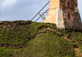Под соседним Новогрудским замком просела земля, но специалисты утверждают, что ничего страшного нет