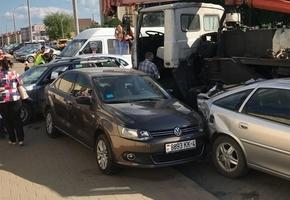 В Лиде МАЗ покатился с горки и повредил десяток автомобилей