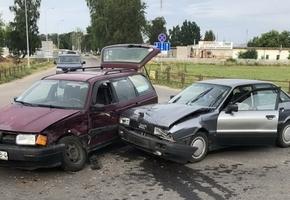 В Лиде на улице Крупской Audi врезался в Volkswagen. Пострадала 23-летняя пассажирка — её доставили в больницу