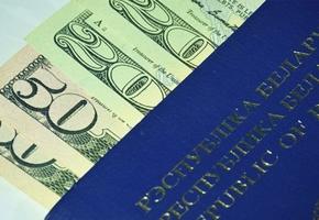 Мужчина в Лиде на улице обменял 100 рублей на сувенирную «валюту»