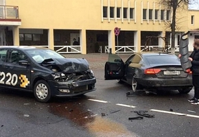 В Лиде водитель такси не соблюдал дистанцию и врезался в Audi