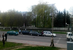 Водитель на Шкоде протаранил несколько автомобилей на перекрёстке. Очевидцы сообщают, что он был пьян