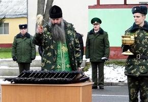 Фотофакт. Настоятель войскового храма освятил «АК» для новоиспеченных лидских пограничников. 16 декабря у них присяга