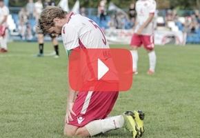 В матче первой лиги футболист «Лиды» стал на колени перед судьёй, и тот засчитал гол