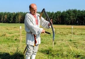 Не хуже Лукашенко с Депардье. Как под Лидой мужики, женщины и дети на скорость косили траву