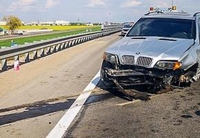 На М6 BMW трижды врезался в барьерные ограждения. В автомобиле лопнуло колесо