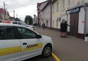 «Не подумал, что здесь оштрафовать могут». В Лиде водитель такси нарушил ПДД прямо перед Лидским РОВД.