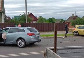 В Лиде столкнулись Renault и Opel. В ДТП пострадала беременная девушка, её госпитализировали