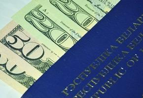В обменниках нехватка долларов. Курс резко вырос