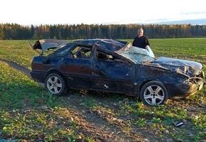Чтобы уйти от столкновения, водитель на 100км/ч направил автомобиль в поле
