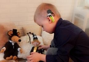 Тяжелобольному ребёнку из Лиды собирают деньги на кохлеарный имплант. Его цена — 23500€