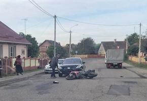 В Лиде Peugeot врезался в мотоцикл. Байкера госпитализировали