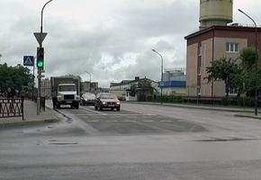 В центре Лиды на перекрёстке женщина попала под машину. Видеозапись показала, что пешеход шла «на красный»