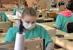 В Лиде учащиеся шьют медицинские маски из марли для предприятий