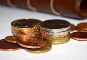 5 рублей за один платеж. Банки пересматривают комиссию за платежи наличными в кассах