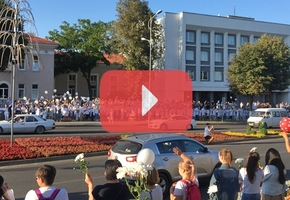 Возле Лидского райисполкома медики проводят мирную акцию против насилия