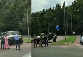 На въезде в Минск стоит ГАИ, спецтехника, люди в камуфляже и кроссовках