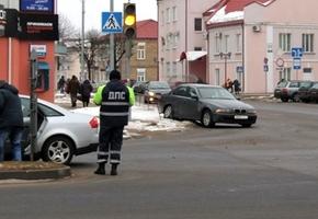 Металлическое ограждение в центре Лиды ловит автомобиль второй раз за две недели