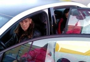 Из роддома выписали женщину, которая родила в такси. Она назовет дочку в честь водителя