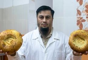 Выходец из Душанбе печёт хлеб по старым рецептам в тандыре. Лепёшки расходятся в Ивье и Лиду