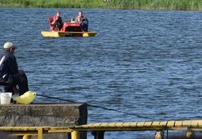 На пляже Лидского озера наградили двух мужчин, которые бросились в воду спасать утопающих в Лиде и Берёзовке