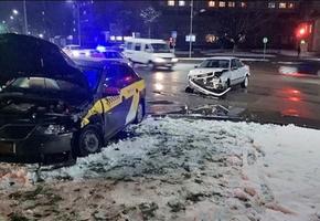 На проспекте столкнулись Audi и такси Škoda. Обошлось без пострадавших