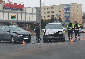 На центральном перекрёстке Лиды Renault не уступил Volkswagen