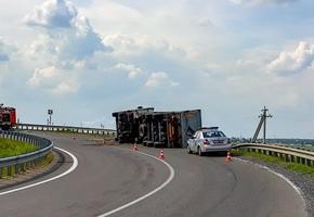 На трассе М6 произошло опрокидывание фуры