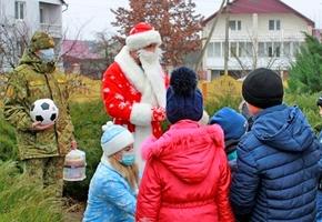 В Лиде ребята из двух домов семейного типа получили подарки от пограничников