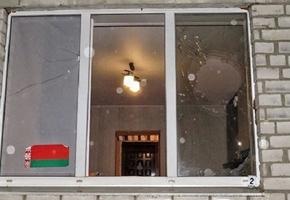 СК: в Лиде расследуется уголовное дело о хулиганстве. Разбито окно с госсимволикой