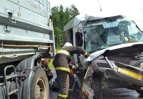 На трассе М6 маршрутка врезалась в МАЗ. Семь пассажиров госпитализированы. Предварительно: водитель буса уснул