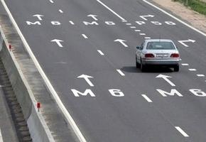 На трассе М6 произошло ДТП: у легковушки открылся капот на скорости 100 км/ч