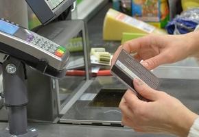 Снимать наличные деньги с банковских карточек можно будет в кассах магазинов