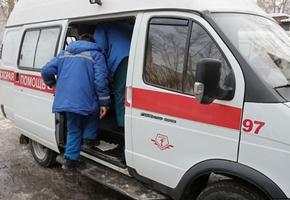 Одну из женщин ударил кулаком в лицо, вторую столкнул с лестницы. В Берёзовке пациент избил работников «скорой»