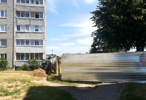 «Многоэтажку подвинули к нам». В Лиде местные протестуют против стройки нового дома на месте сквера