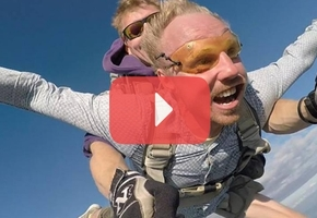 Инвалид-колясочник из Лиды Саша Авдевич прыгнул с парашютом
