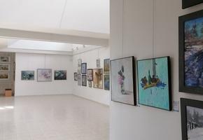 В Лидском историко-художественном музее проходит выставка белорусских и российских художников «Весна в Лиде»
