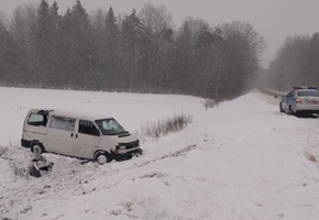 На подъезде к трассе М6 в Ивьевском районе перевернулся бус VW. Водитель скончался на месте ДТП