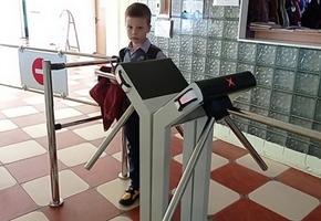 В Лиде в школе №4 установлены электронные турникеты. Вход — по картам. Спонсором новинки стала компания «Белтекс Оптик»