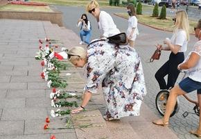 В Лиде девушки выстроились возле Лидского райисполкома