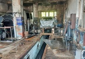 В Лиде на СТО полностью сгорел Renault Scenic, повреждены Peugeot Boxer и Mazda Capella