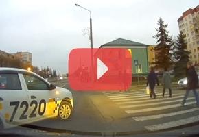 В Лиде таксист создал опасную аварийную ситуацию, совершив поворот из центральной полосы
