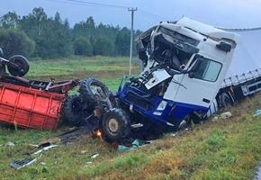 На трассе М6 столкнулись фура и трактор