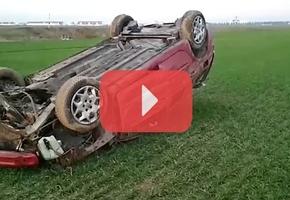На М6 на скорости 130 км/ч Renault занесло в кювет, где авто несколько раз перевернулся. Все живы