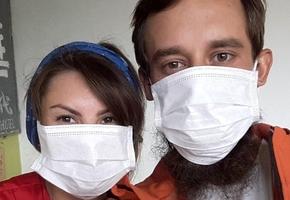 Из-за вируса лидчанин и его подруга не могут покинуть Китай. Они пропустили дату выезда — а за это могут оштрафовать