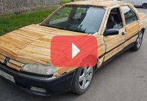 В Лиде парень наклеил дрова на свой автомобиль. Окружающие недоумевают