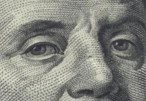 Мужчина принёс в банк фальшивые 100 долларов. Он получил купюру при продаже автомобиля