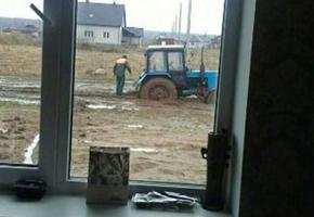 Тонущий в болоте микрорайона Чеховцы трактор попал в рейтинг нового интернет-сервиса «Ямы Беларуси»
